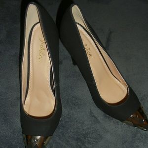 Black and gold classic pumps
